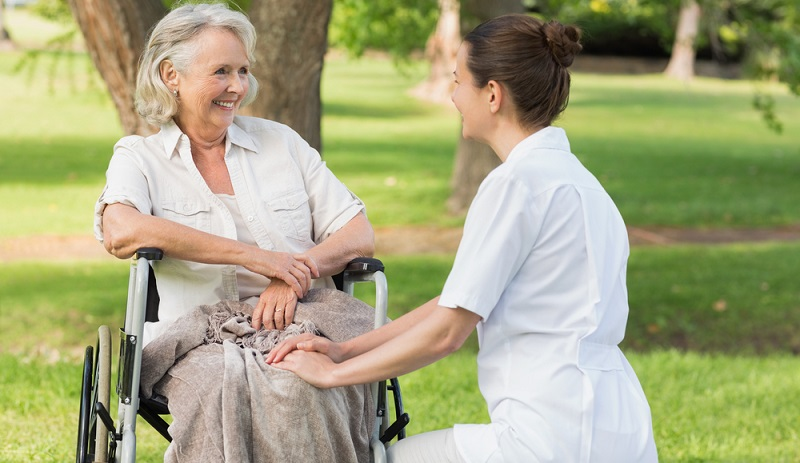 Pflegebedürftige Personen erhalten den Pflegegrad 4, wenn schwerste Beeinträchtigungen der Selbstständigkeit vorliegen.