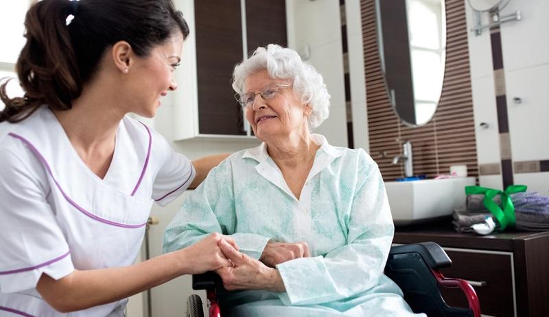 Bei Pflegegrad 2 kann man auch Pflege in der Nacht in Anspruch nehmen.