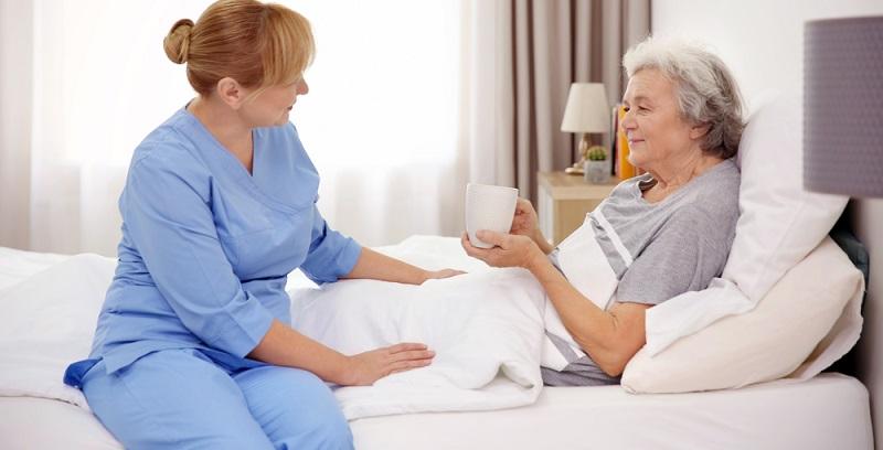 Wenn die Angehörigen die betroffene Person nicht selbst pflegen können, dann können sie Pflegesachleistungen in Anspruch nehmen. Diese dienen dazu, einen ambulanten Pflegedienst zu engagieren.