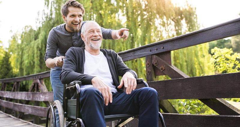 Wenn eine Person pflegebedürftig wird, ist es notwendig, dies offiziell bestätigen zu lassen. Das ist die Grundvoraussetzung dafür, eine Leistung von der Pflegekasse zu erhalten.