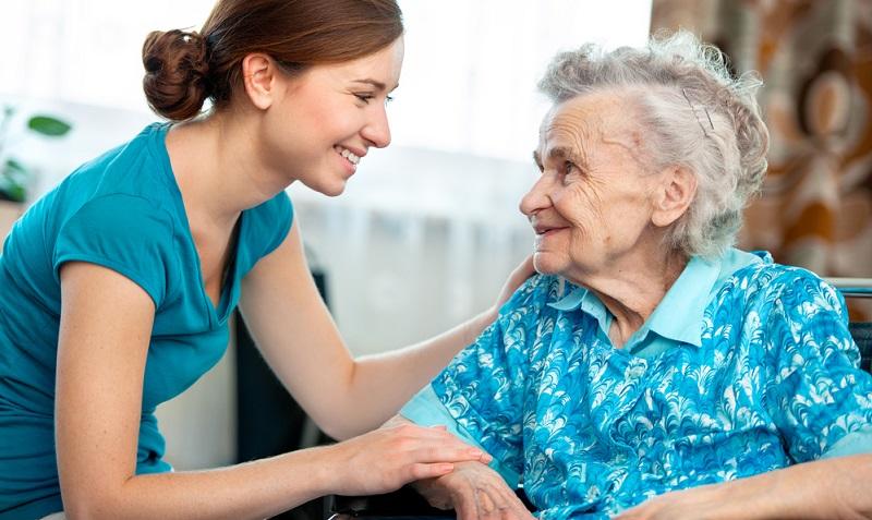 Wenn Angehörige die Pflege übernehmen, benötigen sie viel Zeit für diese Aufgabe. Eine volle Berufstätigkeit wird dadurch praktisch unmöglich.