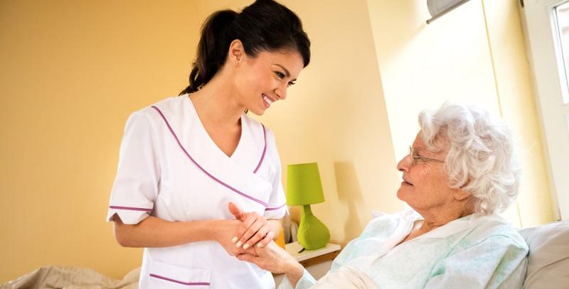 Bei einer Pflegebedürftigkeit ist es besonders schwierig, am sozialen Leben teilzunehmen.