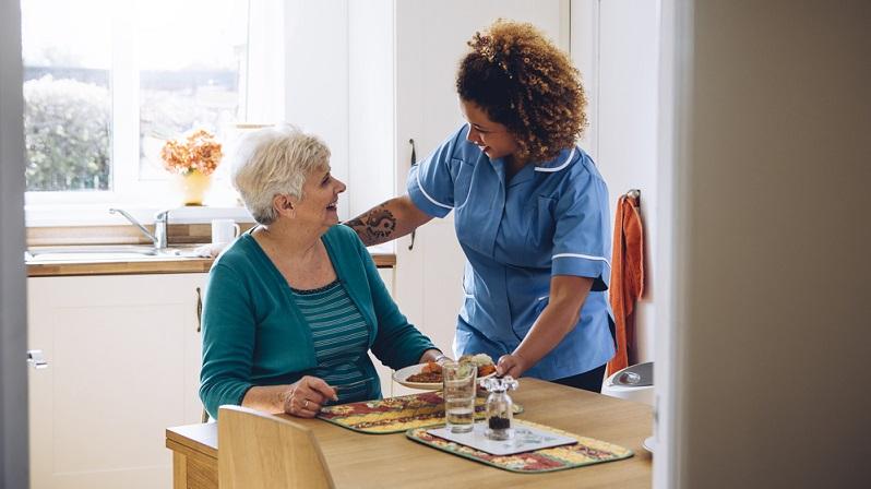 Der Pflegegrad 1 bietet Menschen eine Unterstützung, bei denen nur eine geringe Einschränkung der Selbstständigkeit vorliegt. Diese kann entweder körperlicher oder kognitiver Art sein.