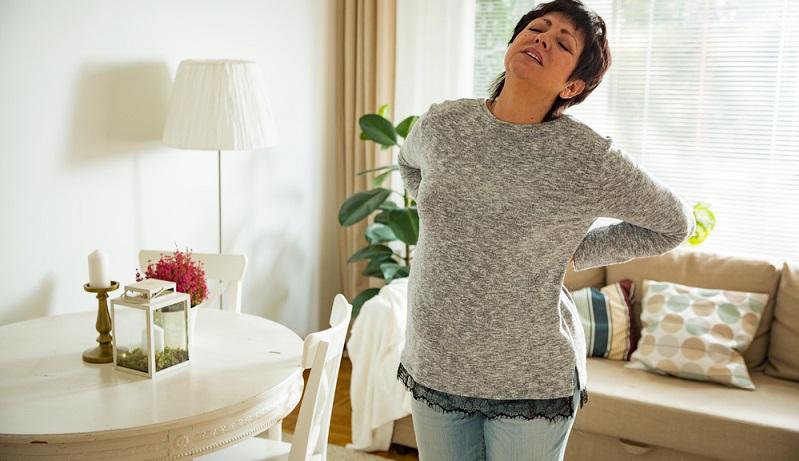 Rückenschmerzen beim Sitzen treten nicht nur auf, weil sie zu wenig Bewegung haben und allgemein zu häufig sitzen.