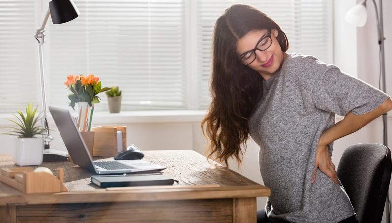 Wenn Sie der Rückenschmerzfalle entgehen wollen, sollten Sie den Hauptfehler vieler Menschen nicht machen: Zu viel sitzen.