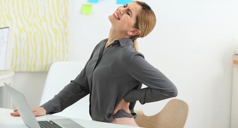 Wer Rückenschmerzen im Sitzen hat, muss auf Ursachenforschung gehen.
