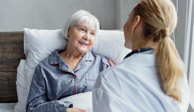 Häufig ist es nicht möglich, eine pflegebedürftige Person zu Hause zu versorgen. Das ist beispielsweise der Fall, wenn sich kein Angehöriger dazu bereit erklärt, diese schwierige Aufgabe zu übernehmen.