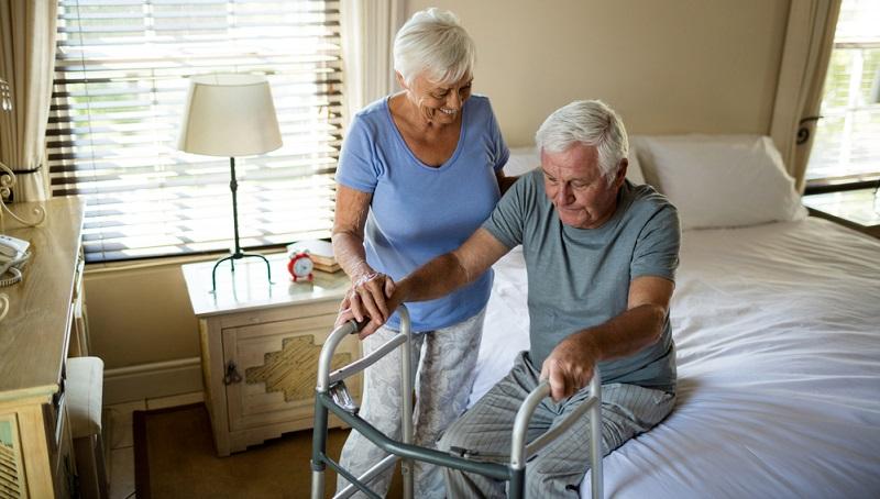 Wenn Sie den Verdacht haben, dass bei Ihnen selbst oder bei einem Ihrer Angehörigen eine Pflegebedürftigkeit vorliegt, dann besteht der erste Schritt stets darin, einen Antrag bei der Pflegekasse zu stellen.