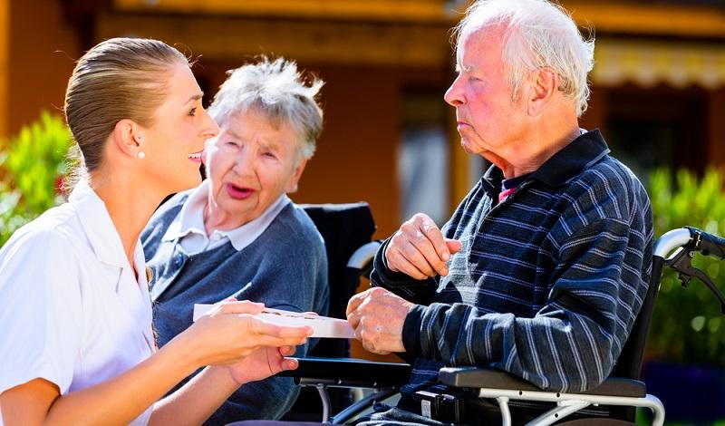 Normalerweise ist eine vorhandene Pflegestufe 2 oder auch höher ein Grund dafür, Pflegegeld zu erhalten. ( Fotolizenz: shutterstock-Kzenon )