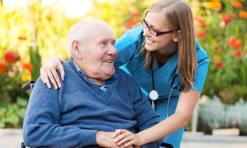 Wie hoch das bewilligte Pflegegeld ist, hängt vom zugestandenen Pflegegrad ab.(Fotolizenz:Shutterstock- shutterstock_Barabasa )