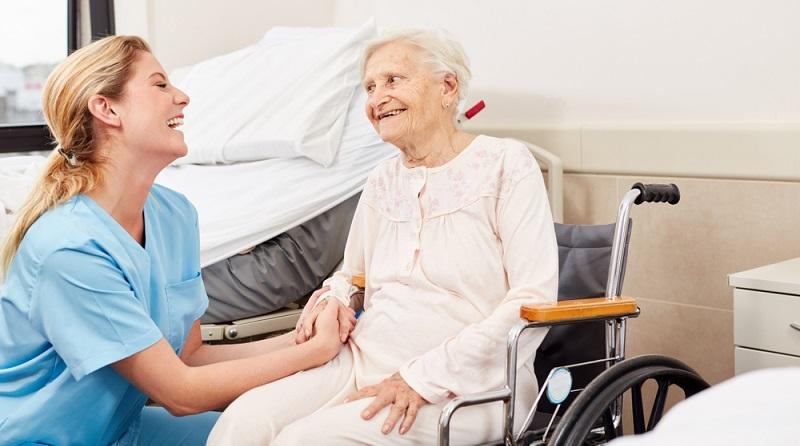 Wird einem Pflegebedürftigen eine Pflegestufe zugesprochen, die mindestens Stufe zwei beträgt, so kann er auch einen Antrag auf Pflegegeld stellen. (Fotolizenz: shutterstock -Robert Kneschke)