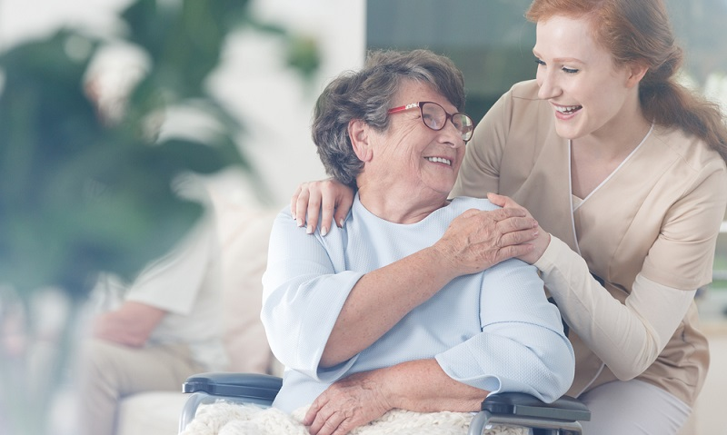 In Deutschland gibt es klare gesetzliche Vorgaben in Bezug darauf, wer als pflegebedürftig gilt und in diesem Zusammenhang auch Pflegegeld und Pflegesachleistungen beziehen kann. (Fotolizenz: Shutterstock-Photographee.eu )