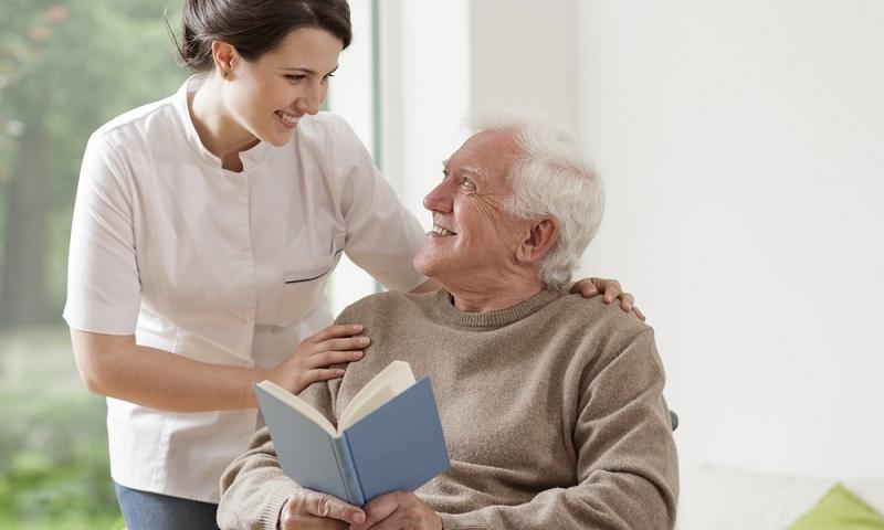 Um einen Anspruch auf Pflegesachleistungen geltend machen zu können, muss erst einmal eine Pflegestufe beziehungsweise ein Pflegegrad beantragt werden. (Fotolizenz: shutterstock- Photographee.eu)