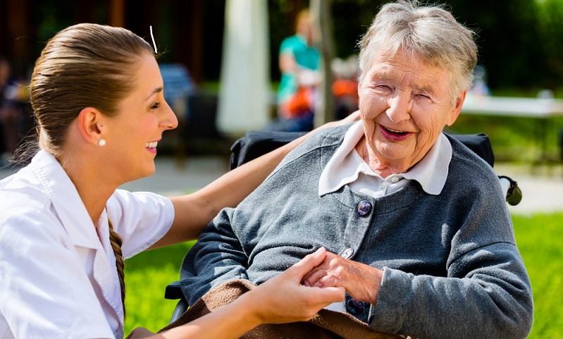 Die Höhe der Sachleistungen für die Pflege ist abhängig davon, welcher Pflegegrad vorliegt. (Fotolizenz:Shutterstock-Kzenon )